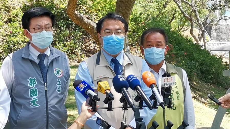 台南市長黃偉哲(中)表示,水情吃緊,抗疫期間當省則省當用則用,勤洗手是必要的,防疫用水應該不會影響到一般用水供應。(劉秀芬攝)