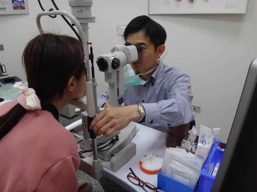 新冠肺炎疫情期間,民眾在家追劇、滑手機,使用手機、平板等3C產品時間變長,因眼睛不適就醫的人數明顯增多。(莊曜聰攝)