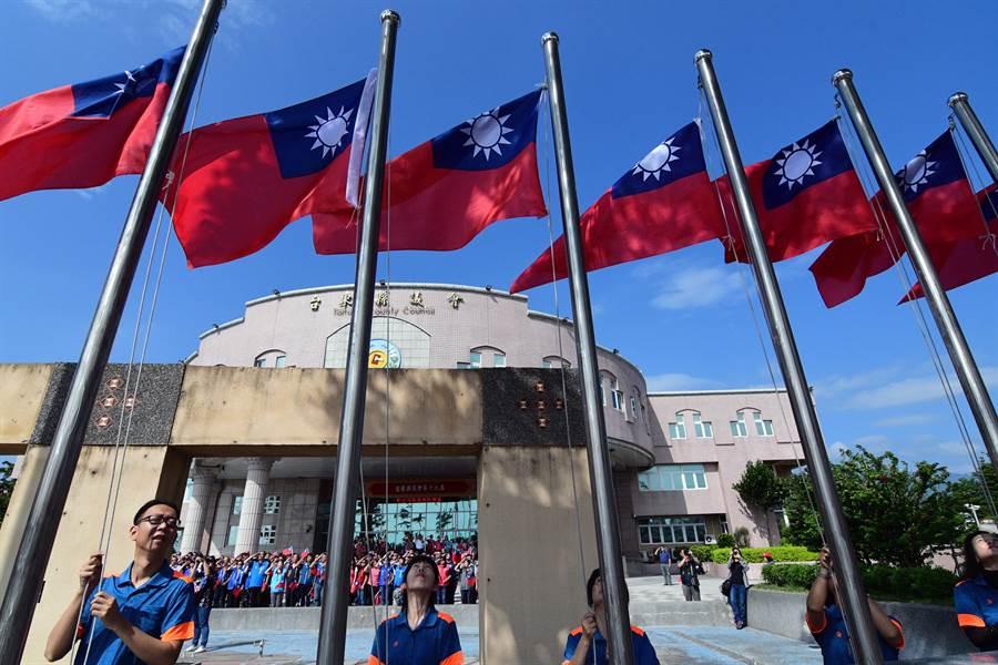 台東縣議會去年10月8日舉行國慶升旗典禮,盼喚起民眾對國家的尊重(圖/本報系資料照/莊哲權攝)