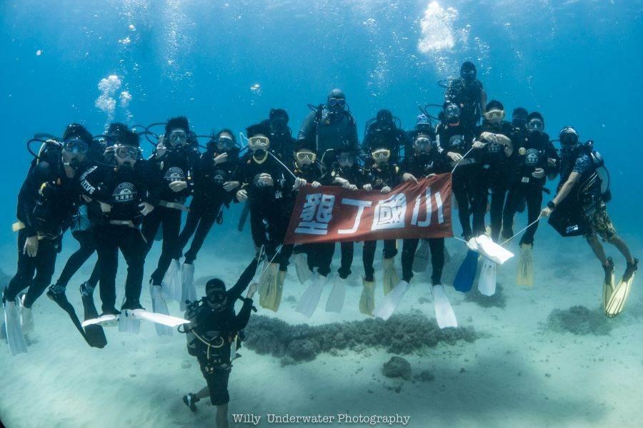 墾丁國小學童潛水領畢業證書。(台灣潛水攝影師謝維攝影提供)
