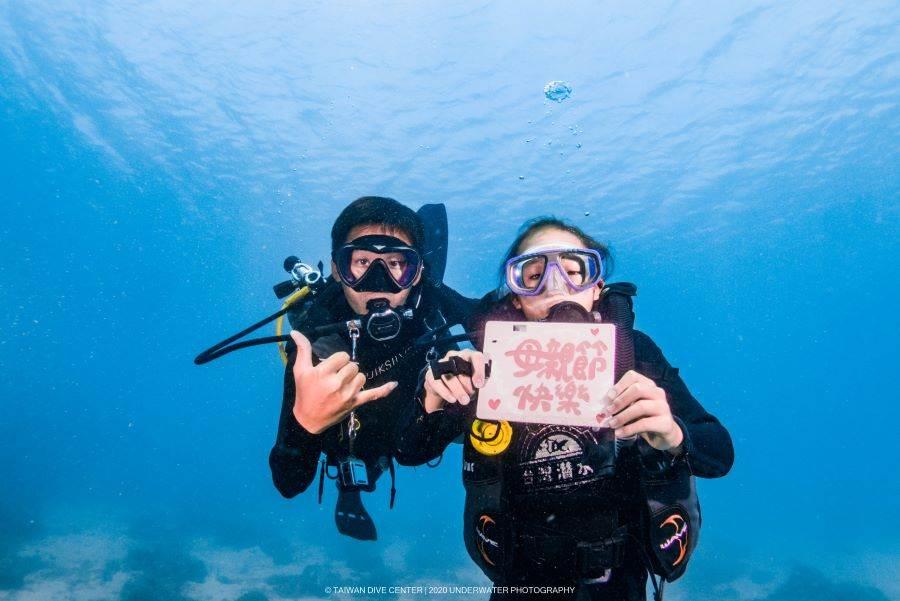 小朋友潛水,也祝媽咪母親節快樂。(台灣潛水「飄」攝影師提供)