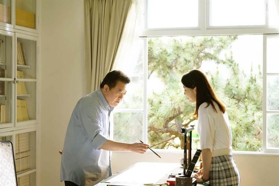 林在培和廖苡喬在劇中飾演父女,兩人在辦公室談心。(公視提供)