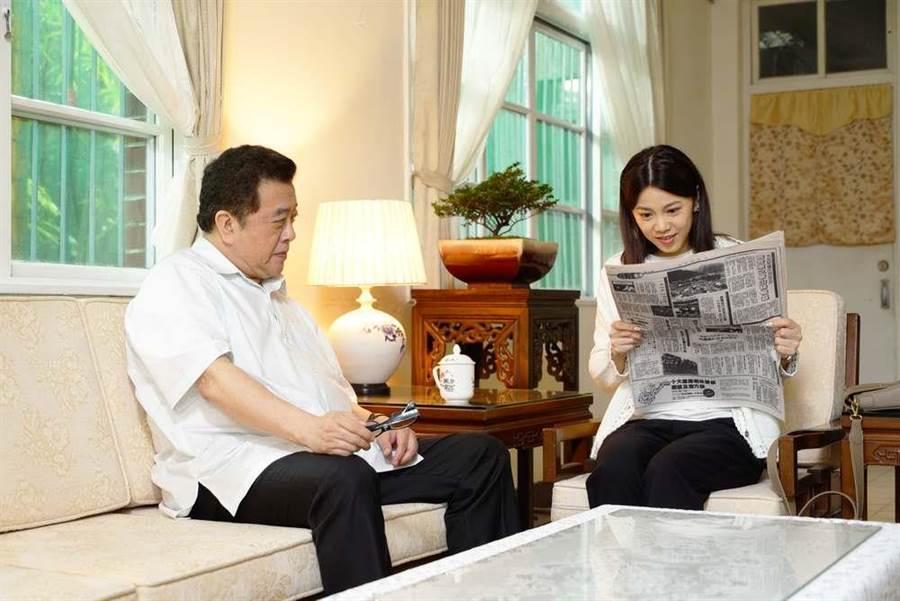林在培飾演的楚長青,與廖苡喬飾演的楚思江,父女倆在客廳談論報紙頭條。(公視提供)