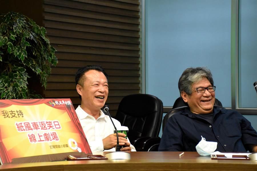 嘉義縣長翁章梁(左)日前北上錄製紙風車返校日線上劇場節目,6日與紙風車執行長李永豐(右)一同看影片,兩人笑得開懷。(呂妍庭攝)