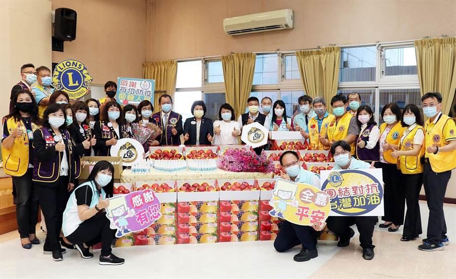 國際獅子會300-D1區捐贈物資慰勞防疫前線人員,嘉義市長黃敏惠(後排中)稱讚。(廖素慧攝)