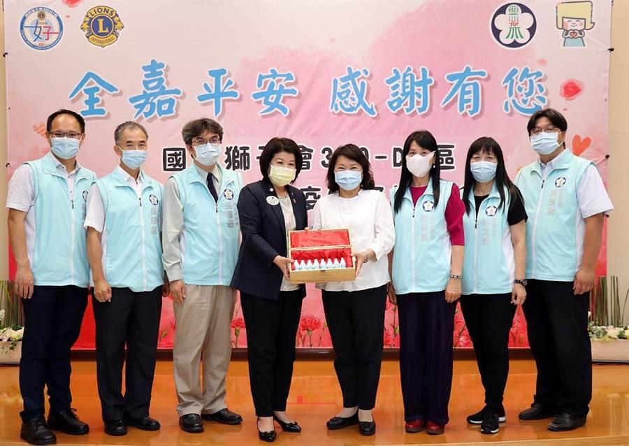 嘉義市長黃敏惠(右四)代表接受國際獅子會300-D1區總監張秀華(左四)捐贈消毒噴劑。(廖素慧攝)