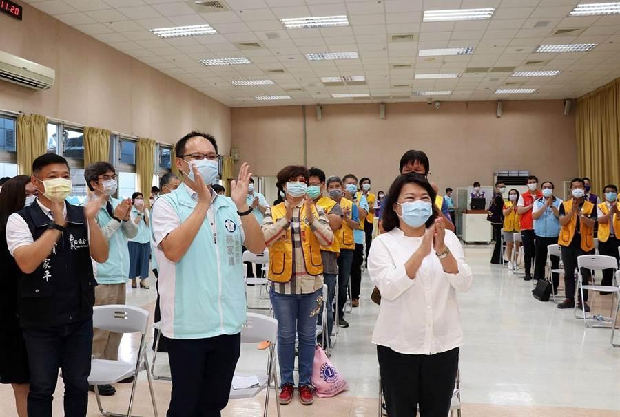 嘉義市長黃敏惠(右)與國際獅子會獅友一起鼓掌感謝防疫人員。(廖素慧攝)