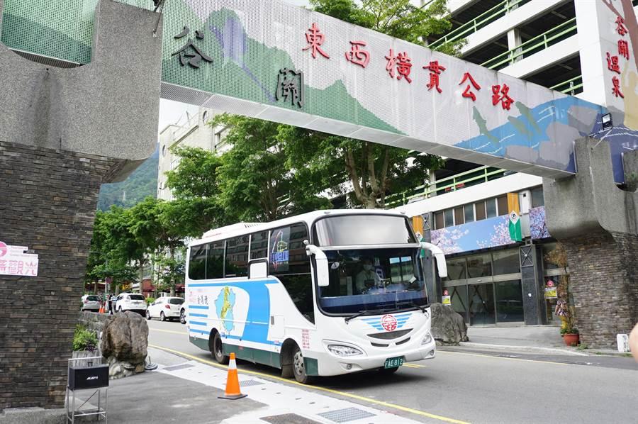參山處與豐原客運865公車合作,推出復刻版金馬號,運行谷關、梨山。(王文吉攝)