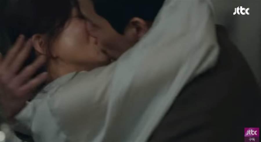《夫妻的世界》第12集,金喜愛與渣前夫滾床單!(取自JTBC Drama)