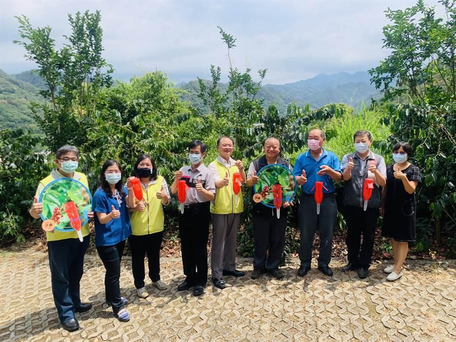 農委會茶業改良場長蘇宗振(中)等人,6日展示最新研發的咖啡果小蠹誘捕器。(廖志晃攝)