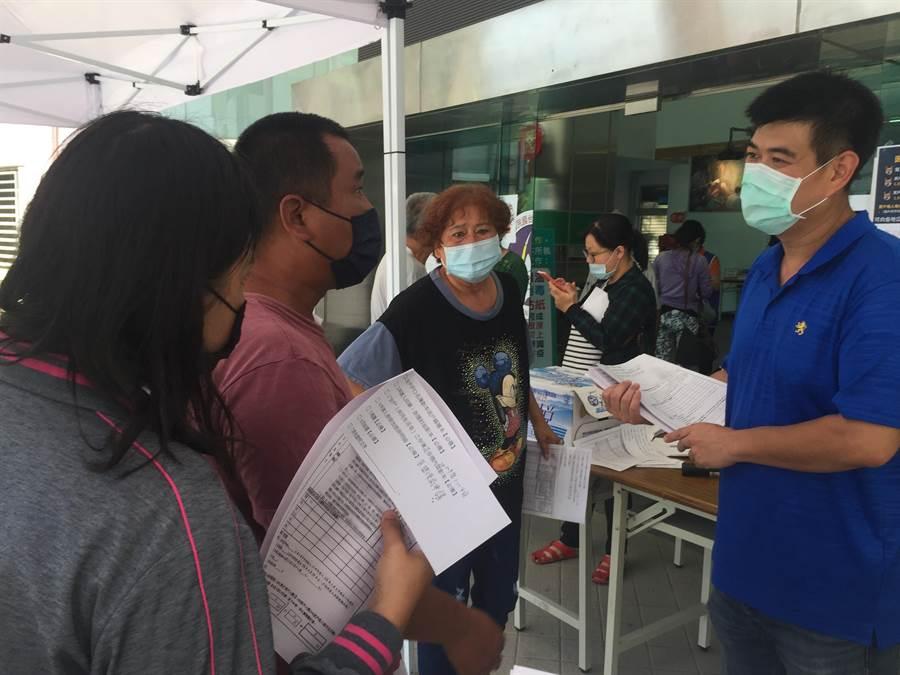 擴大紓困方案6日上路,台南市政府統計37個行政區首日共接獲臨櫃和電話共15400人諮詢、10158人領表,受理件數2077件。(曹婷婷攝)
