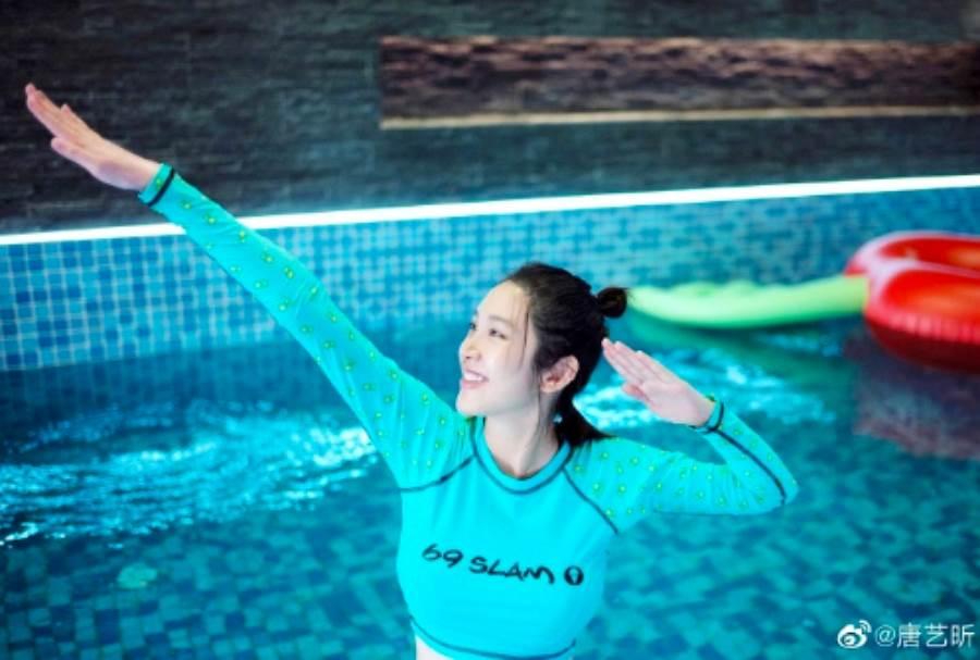 唐藝昕日前也曬出游泳照,分享自己孕期時最愛游泳。(圖/ 摘自唐藝昕微博)