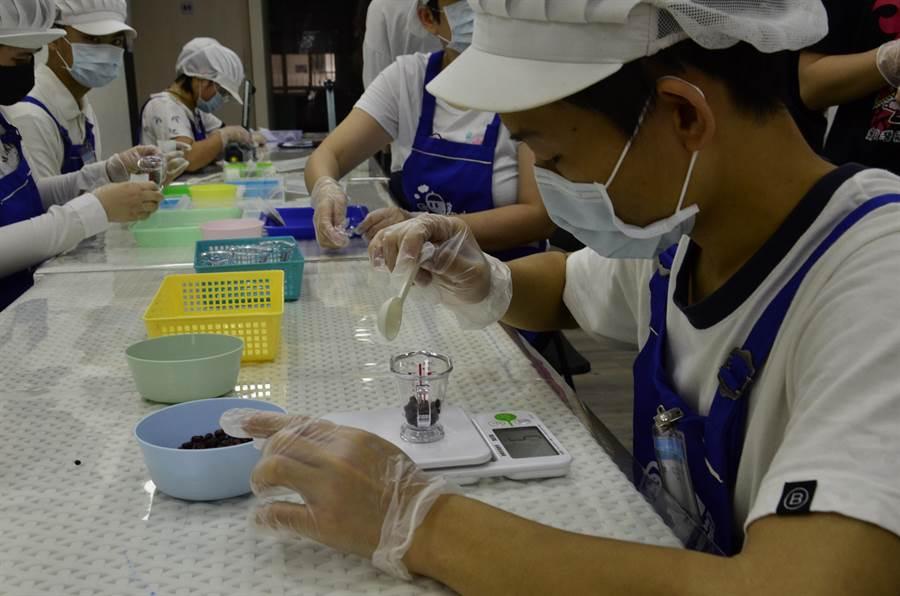 桃園寶貝潛能發展中心於去年9月成立寶貝夢想起飛工作坊,經過幾個月訓練,7位智能障礙的寶貝們,已經可以完成將豆子分類包裝販售。(賴佑維攝)