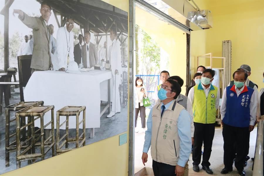 台南市長黃偉哲(左一)參觀「引水.程金」老照片展,這張八田技師老照片是首次曝光。(台南市新聞局提供/劉秀芬台南傳真)