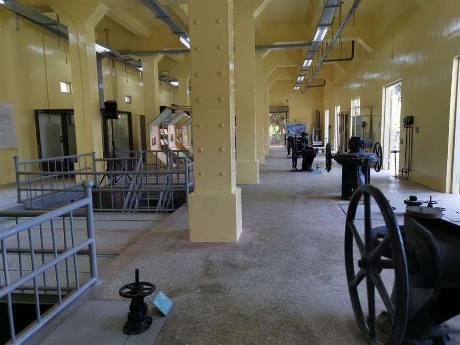 老相片展覽的地點位於烏山頭水庫舊送水口,舊送水口的設備都是老古董,常年維護在備用狀態,更是首次開放一般民眾參觀。(劉秀芬攝)