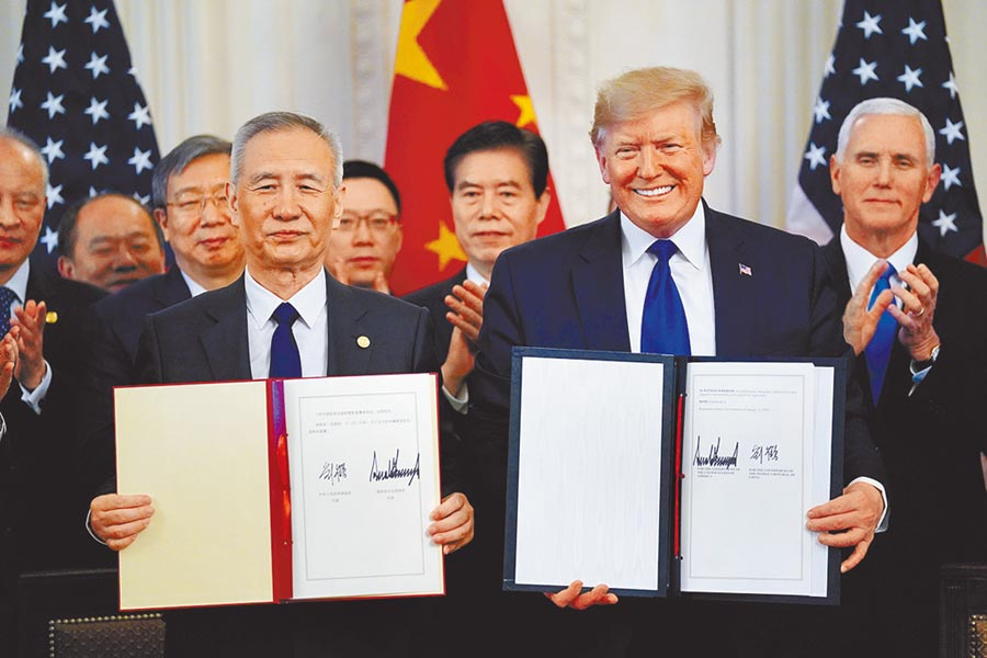 圖為陸美簽署貿易協議。(路透)