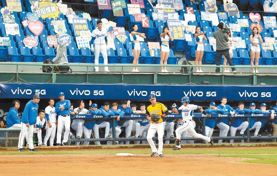 富邦悍將後天在新莊棒球場的主場比賽,將率先開放部分觀眾入場,圖為此前閉門開打,觀眾席上僅有啦啦隊與加油標語的場面。(本報資料照片)