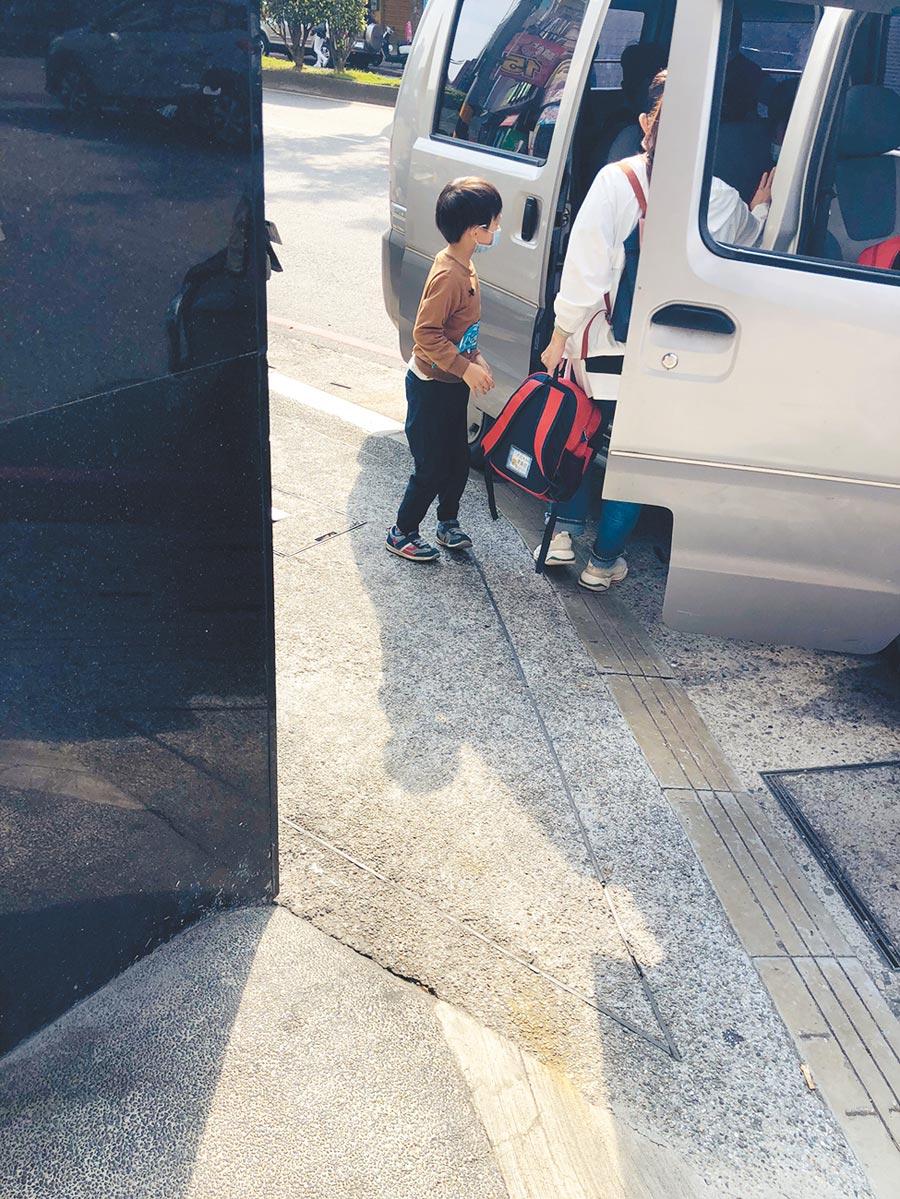 新北市三重加州森林國際幼兒園遭家長投訴,近30位幼童被逼進入密不透風的廂型車內,等待合格娃娃車載運。(投訴人提供/戴上容新北傳真)