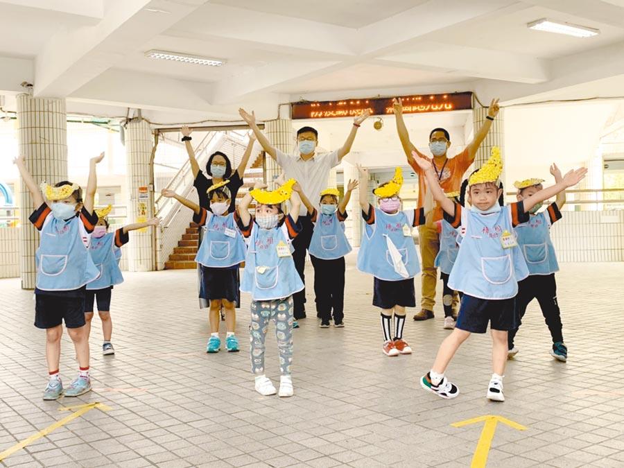 新北市汐止樟樹國小附幼學童在活動上表演「香蕉舞」,天真的模樣令旁人直呼太可愛。(張睿廷攝)