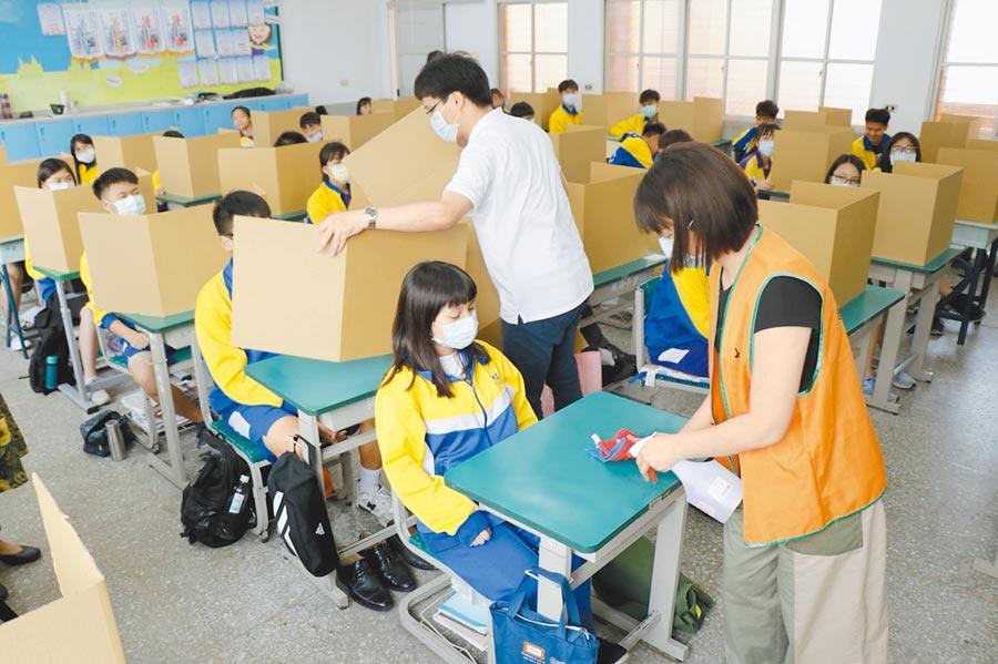國中會考將於16、17日登場,桃園市府貼心備妥2.2萬份瓦楞紙「防疫用餐隔板」,避免群聚感染。(蔡依珍攝)