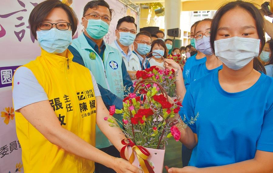 嘉義市政府規畫在20所國小辦花藝課,5日先在育人國小推廣,學生並將作品送給參與的來賓。(呂妍庭攝)