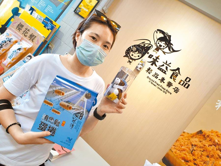 屏東黑鮪魚文化觀光季的文創品「馬上有魚」小王馬太吸睛,屏縣府決定再加碼3000隻供民眾消費兌換。(謝佳潾攝)