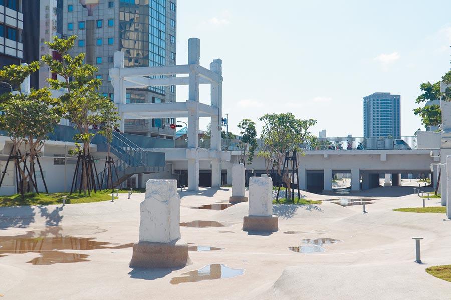 南市水情趨緊,台南市政府工務局宣布即日起河樂廣場戲水區暫停供水,以協助抗旱。(李宜杰攝)
