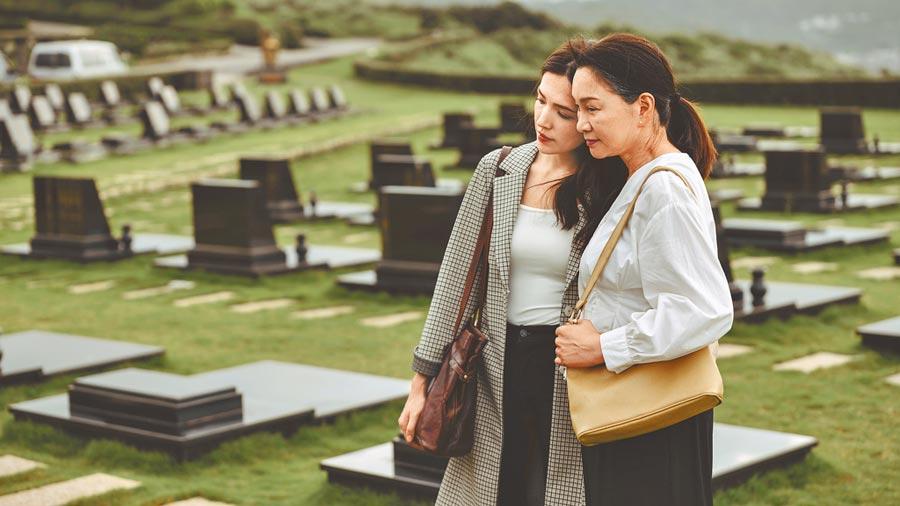 張瓊姿(右)與許瑋甯在《誰是被害者》飾演母女,最後的擁抱和解相當感人(Netflix提供)