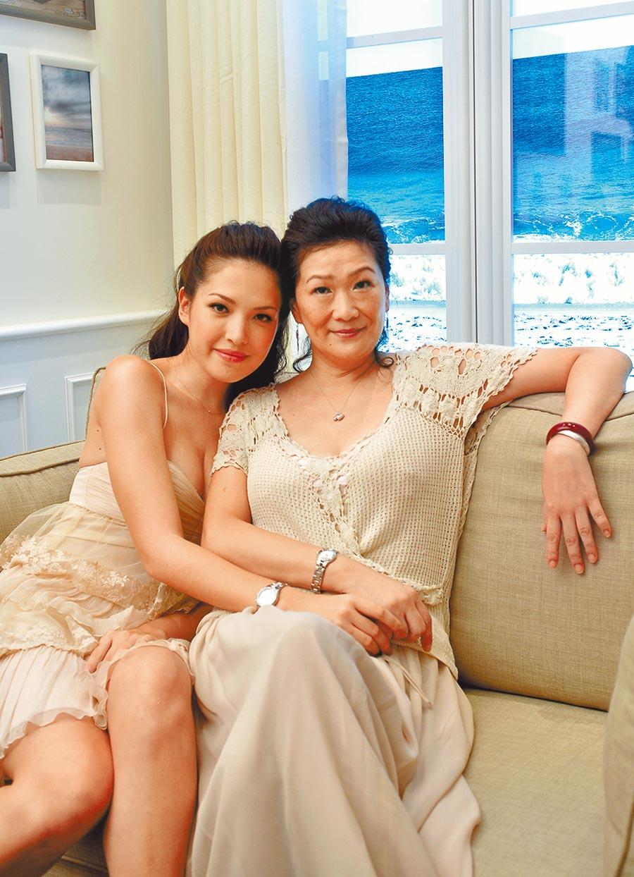 許瑋甯(左)多年前曾與媽媽一起出席名表活動。(資料照片)