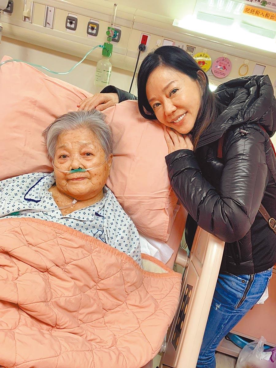 狄鶯87歲高齡母親(左)今年因腦中風臥病在床,她近來奔波醫院照顧媽媽。(資料照片)