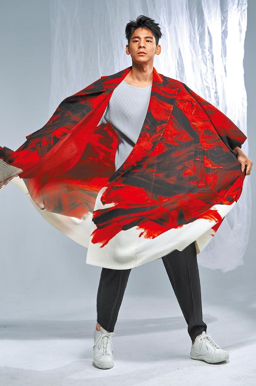 林柏宏喜歡穿寬鬆設計。三宅一生HOMME PLISSE ISSEY MIYAKE紅色耀彩手繪和服大衣4萬3300元、淺灰色基本款圓領短袖T恤5800元、橡樹灰色礦彩壓褶錐形褲1萬300元。(攝影/JOJ PHOTO.妝髮/陳詩晴Che-shih-ching、Garden-80's Studio)