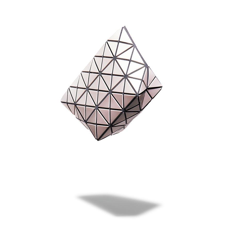 BAO BAO ISSEY MIYAKE沁霜菱格化妝包,5600元。(BAO BAO ISSEY MIYAKE提供)