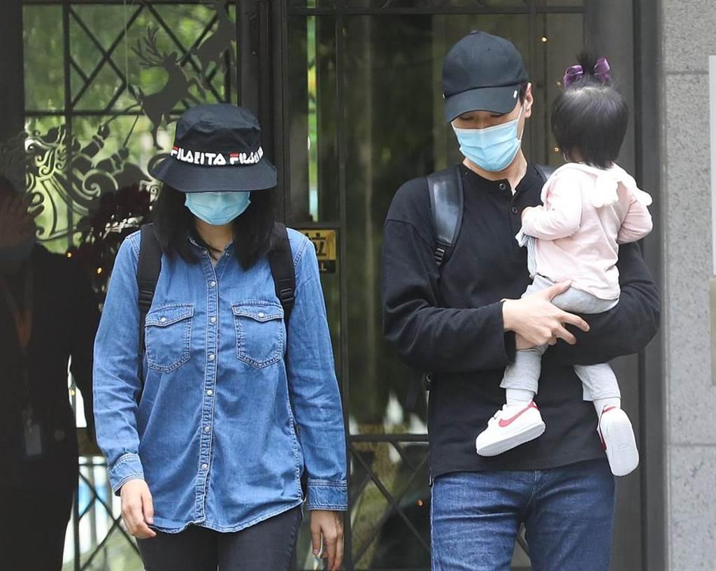 高圓圓、趙又廷今日一家三口現身離開酒店。(取自搜狐娛樂)