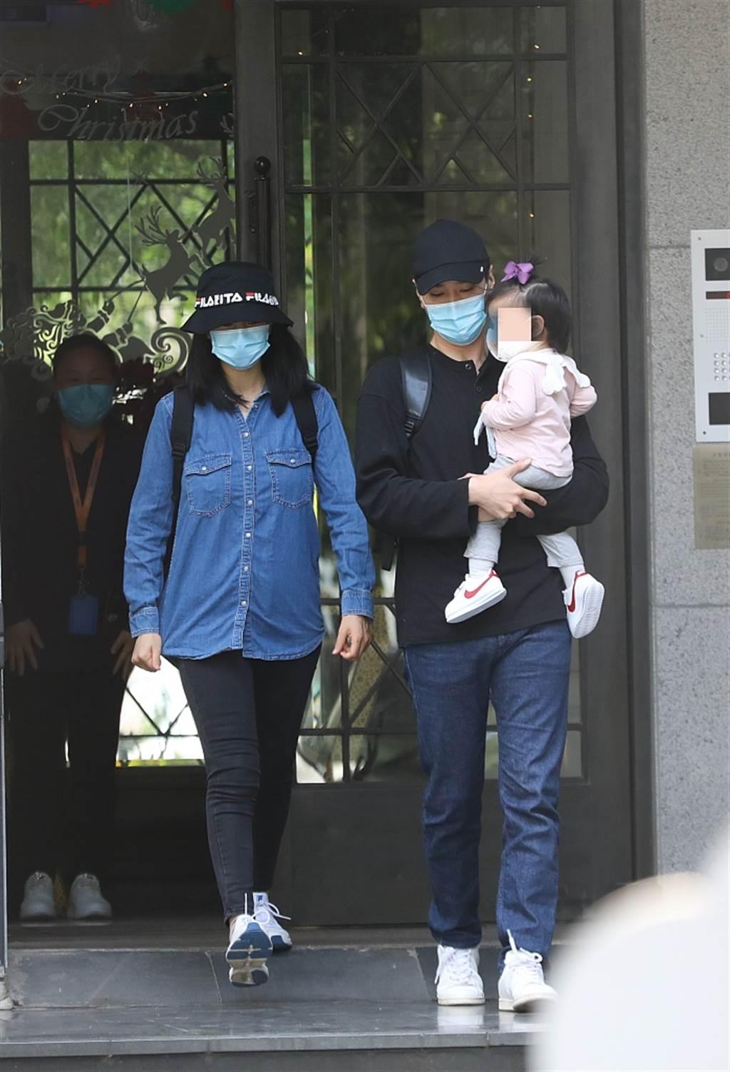 趙又廷小心翼翼抱著女兒。(取自搜狐娛樂)