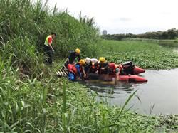 宜蘭河發現男性浮屍 警消打撈上岸