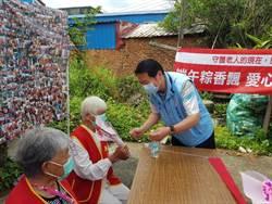 後龍鎮長朱秋隆與華山基金會探視獨居寡母