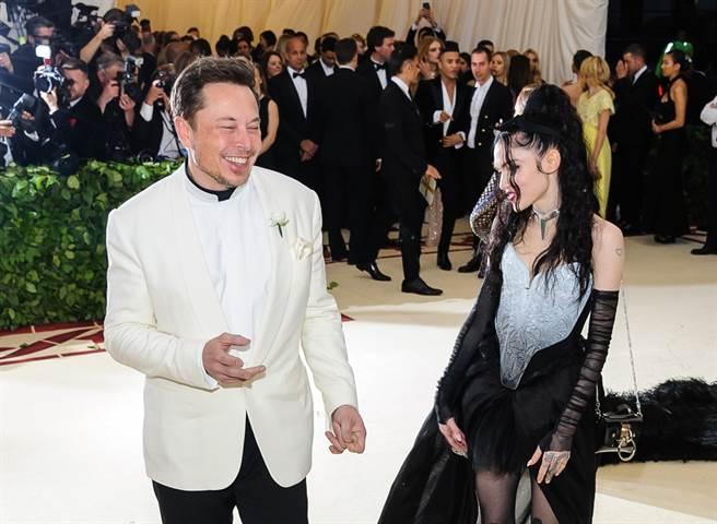 伊隆·馬斯克(Elon Musk)和女友Grimes。(圖/shutterstock提供)