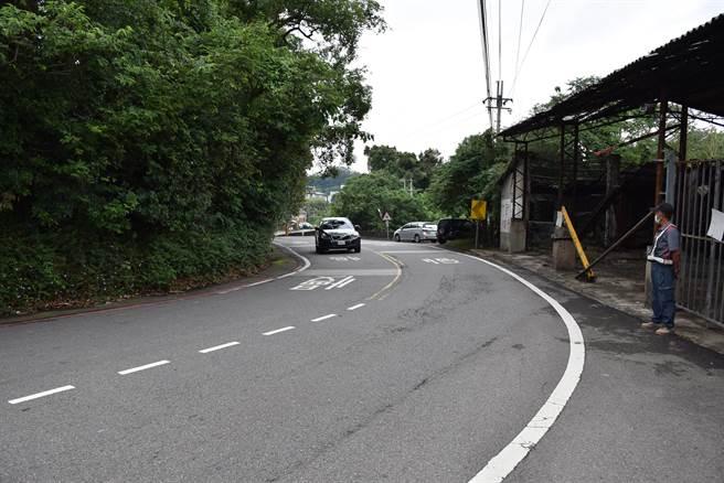 苗17線有多處狹窄彎道,影響車流及安全,需要拓寬。〔謝明俊攝〕