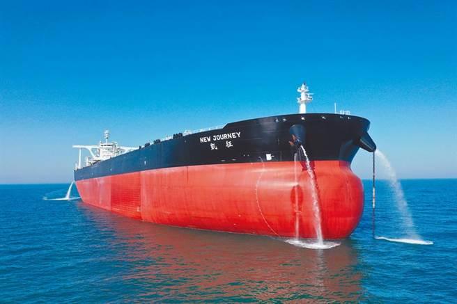 油價低迷、儲油空間不足的油市現狀,造成了油輪主們寧可繞行2倍以上距離,也不想把原油儘快輸送到目的地。圖/中新社