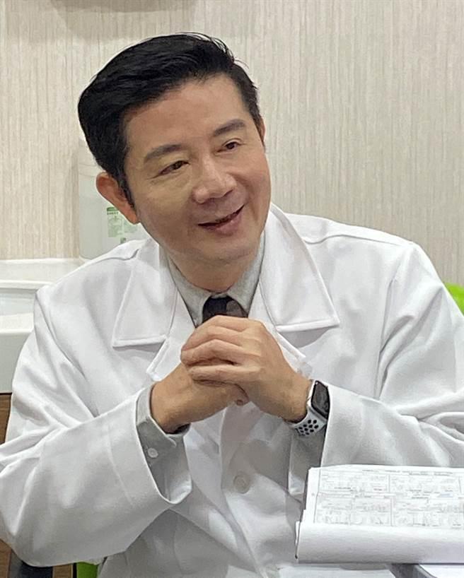 大學眼科集團總院長林丕容醫師挺醫護,推視力改善專案 (圖/大學眼科提供)