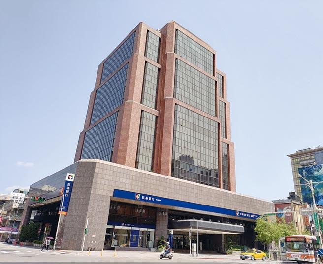 戴德梁行受託辦理台北市南京東路頂級商圈中華開發大樓全棟商辦標售,單一產權,完整地塊。圖/業者提供