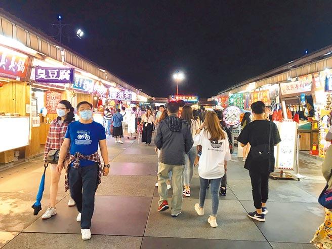清明連假後隔周的周末,花蓮東大門夜市人潮稀落,1968系統的東大門夜市都顯示人潮正常的綠燈。(王志偉攝)