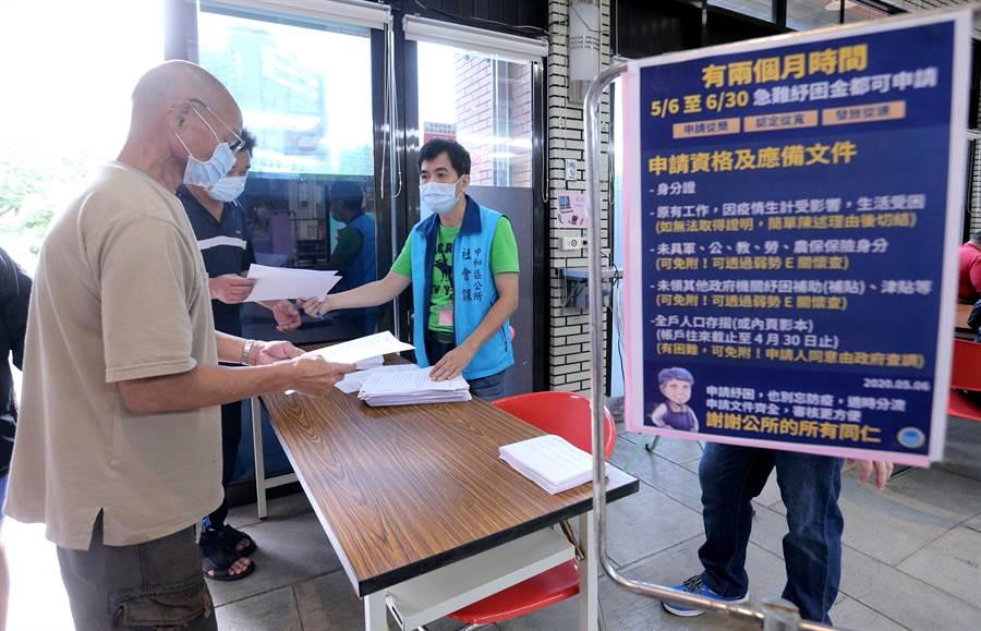 公所人員也於入口處詢問民眾狀況,不少未符資格的民眾被請回。(黃世麒攝)