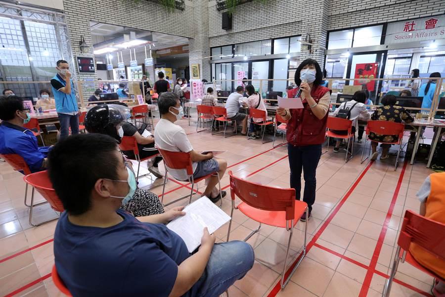 中和區副區長周慶珍(右)拿著大聲公親自宣導說明。(黃世麒攝)