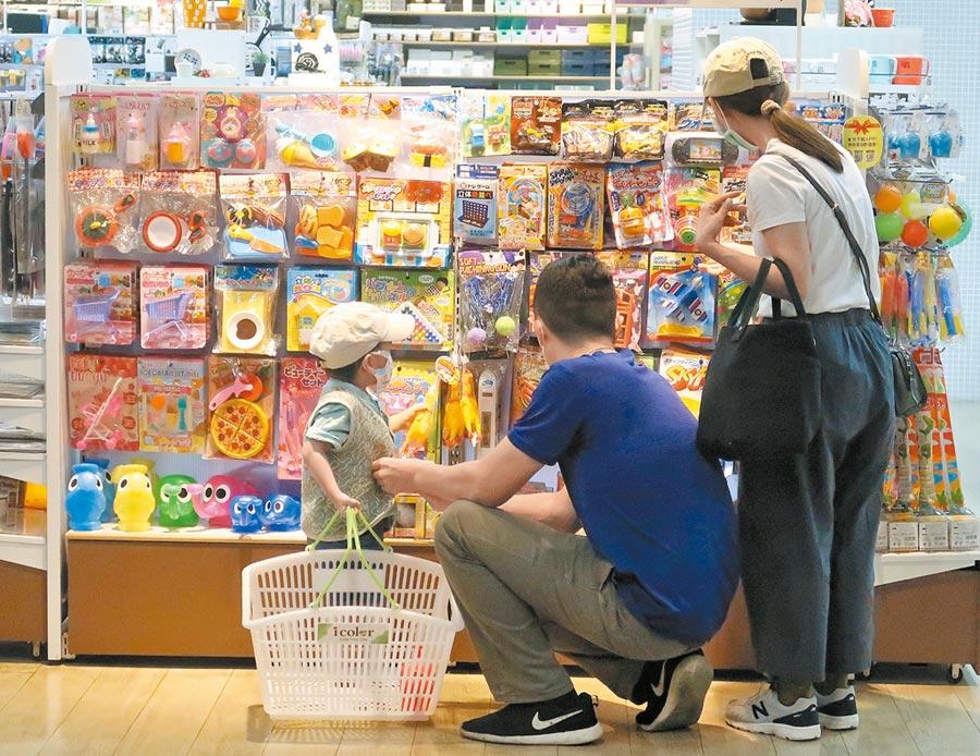 主計總處6日發布4月消費者物價指數(CPI)年減0.97%,在疫情及國際油價下跌等因素夾擊下,已經連3月負成長。圖為民眾在百貨商場選購商品。(王英豪攝)