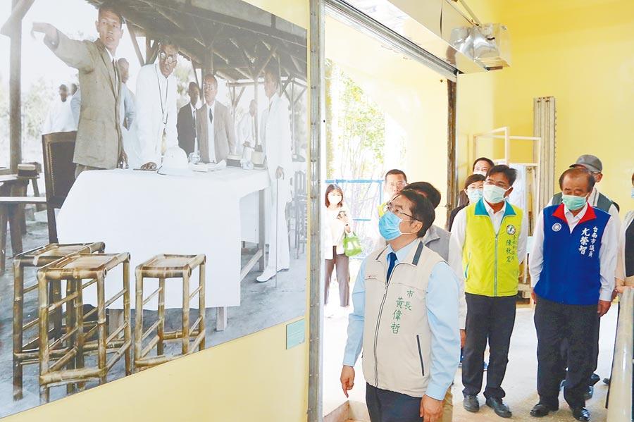 台南市長黃偉哲(左一)參觀老照片展,這張八田技師照片是首次曝光。(台南市政府提供/劉秀芬台南傳真)