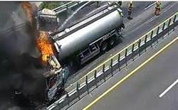 西濱快速道路追撞油罐車火燒車  烈火狂燃濃煙沖天車道封閉