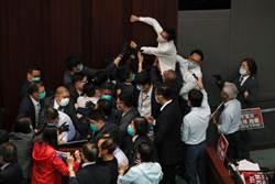 香港立法會爆激烈衝突 十餘議員遭逐出議場