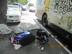 公車撞電動自行車 婦遭捲入車底送醫不治