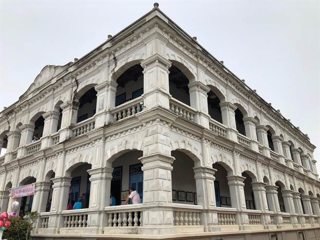 坐落於金湖鎮成功村,1921年興建,占地約25畝的陳景蘭洋樓是全島最著名的濱海地標建築。(李金生攝)